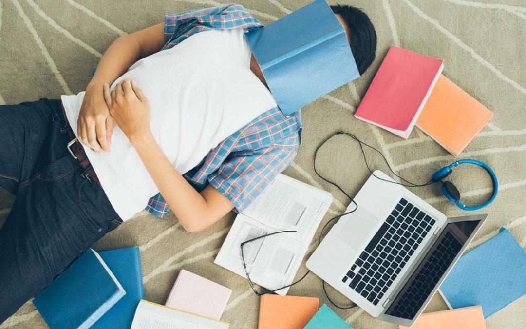 Studiare nel sonno: è davvero possibile preparare un esame mentre dormi?