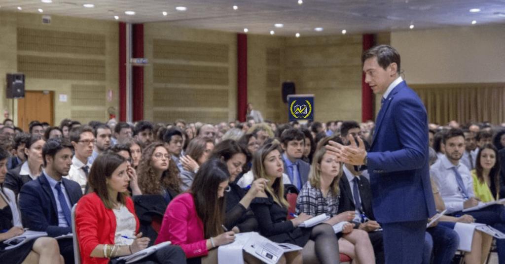 Massimo De Donno, Founder di Genio in 21 Giorni, durante un evento del 2019, tra i partecipanti studenti, insegnanti, manager